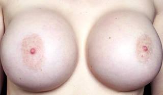Colossal çıplak göğüsler.
